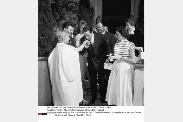 Il baise la main de Michèle Morgan, au Festival de Cannes le 10 mais 1956