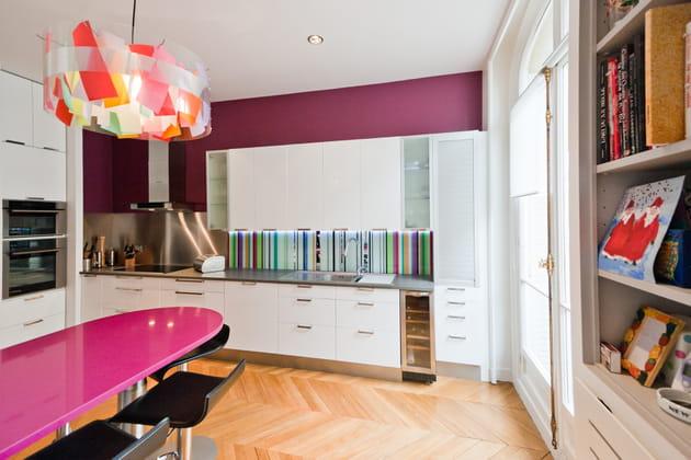une cuisine gourmande avec la couleur violet aubergine