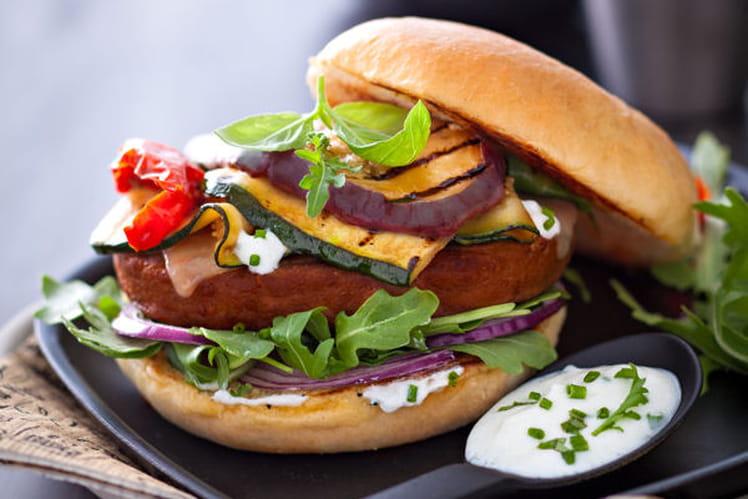 Hamburger végétarien aux courgettes, aubergines, tomates séchées et comté