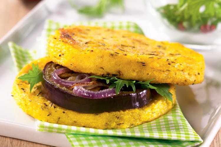 Palets de polenta façon hamburger végétarien