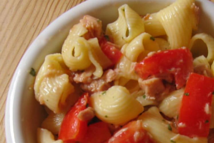 Salade de pâtes au thon et tomates cerises