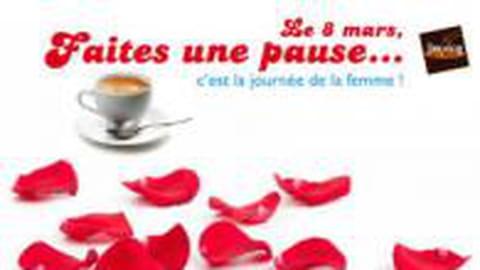Les femmes sont en fête dans les cafés