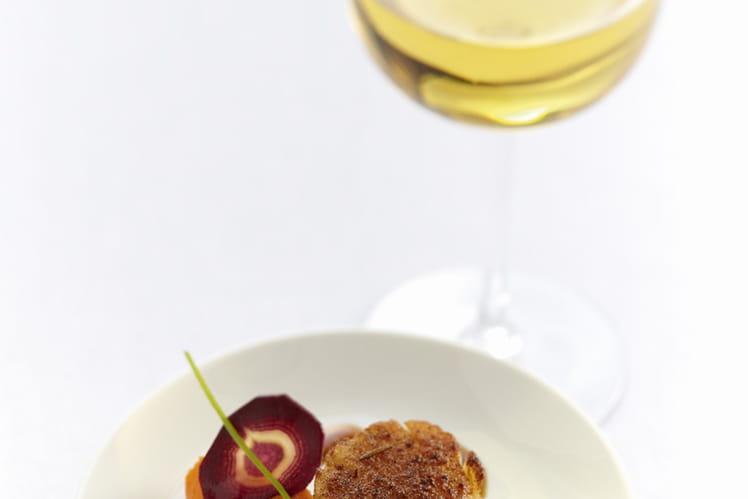Noix de Saint-Jacques rôtie aux épices Tandoori, mousseline de carottes, réduction de cébette à la coriandre fraîche