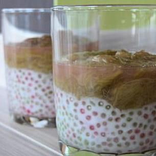 verrines perlées au coco sous un lit de rhubarbe
