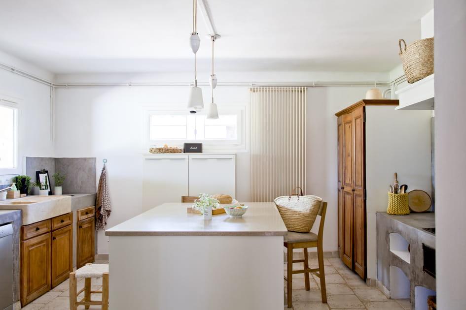 Une cuisine en bois avec îlot