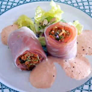 rouleaux de printemps au saumon, espuma à la tomate