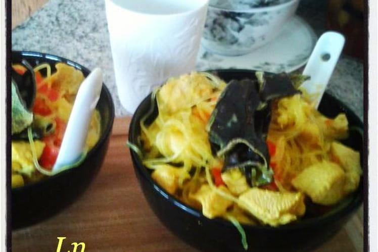 Soupe de poulet au curry aux champignons noirs et vermicelles de riz