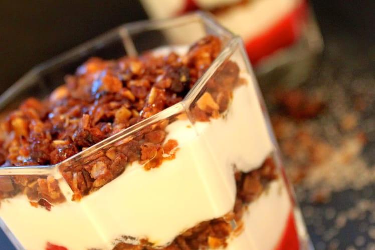 Dessert écossais framboises, crème et granola, Cranachan