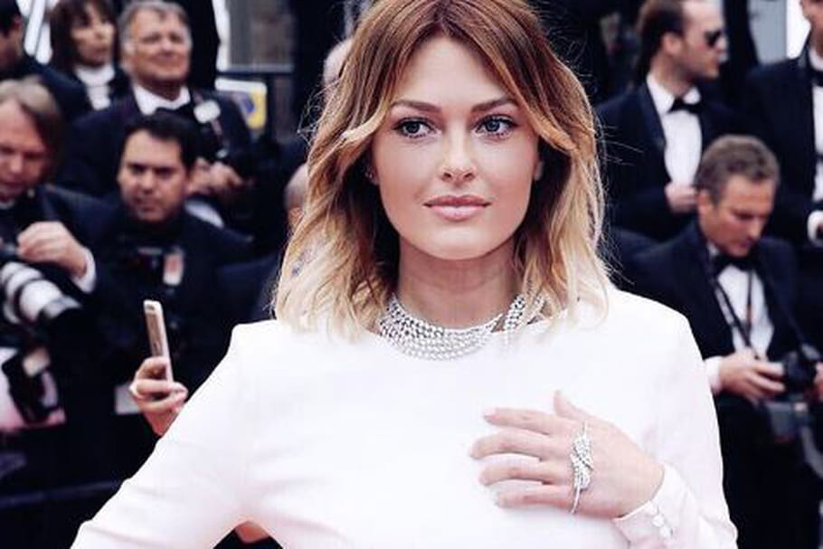 Le look blogueuse de la semaine : Caroline Receveur monte les marches de Cannes
