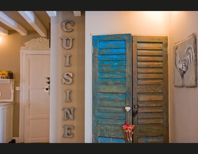 Des portes de placard bleu patiné