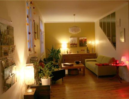 un salon chaleureux. Black Bedroom Furniture Sets. Home Design Ideas