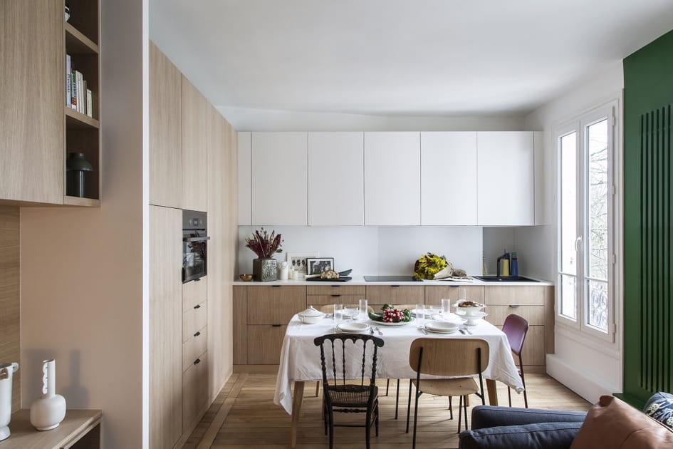Une cuisine en bois saupoudrée de blanc