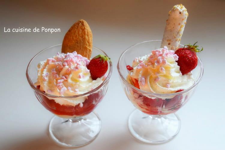 Verrines de glace vanille et fraises parfumées à la liqueur de basilic