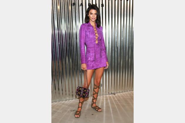 Kendall Jenner en robe suédine parme et spartiates