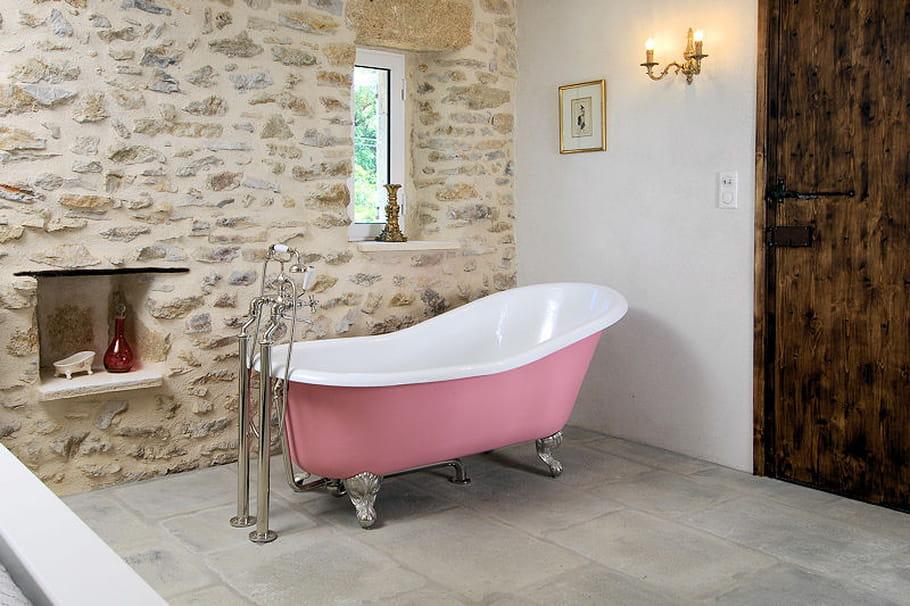 chandelier et baignoire sur pied. Black Bedroom Furniture Sets. Home Design Ideas