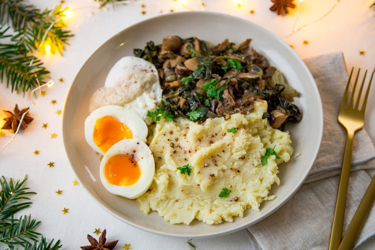 Oeufs pochés, sauce forestière, purée à la truffe, poêlée de champignons et blettes