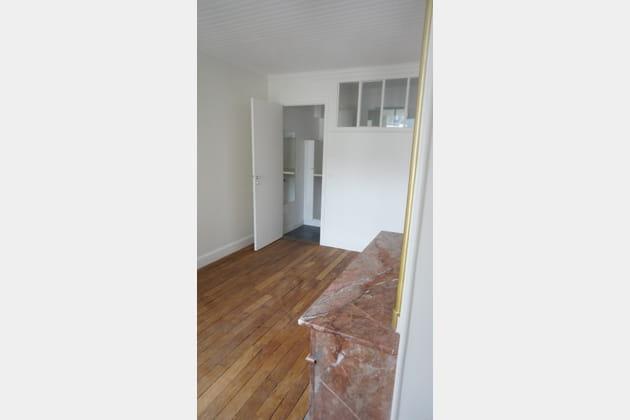Avant: une chambre et une salle de bains qui manquent d'espace