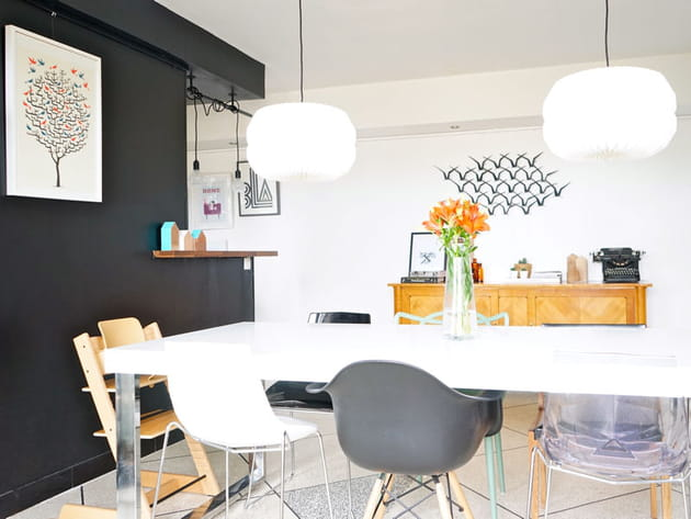 une salle manger avec des chaises d pareill es. Black Bedroom Furniture Sets. Home Design Ideas