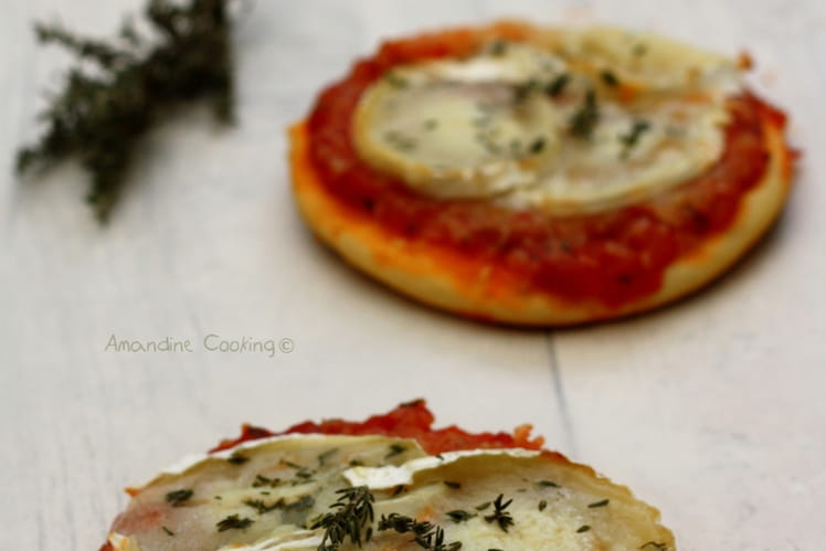 Petites pizzas au chèvre, miel et thym