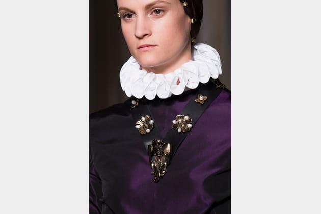 Le collier en cuir gothique du défilé Valentino