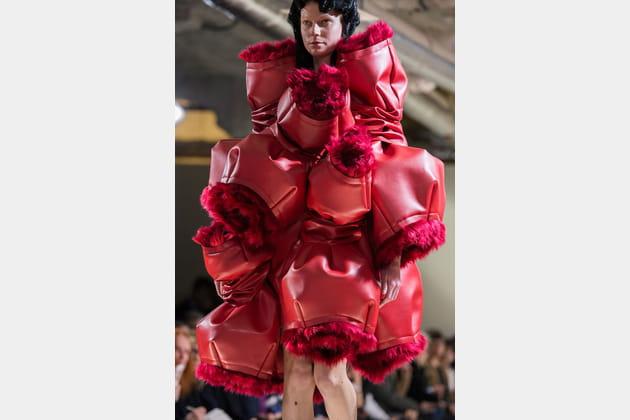 La robe à boules rougesdu défilé Comme Des Garçons