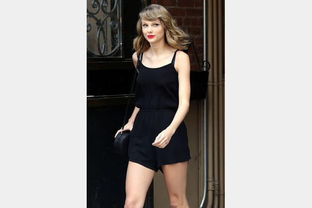 Taylor Swift, chic en combishort noire