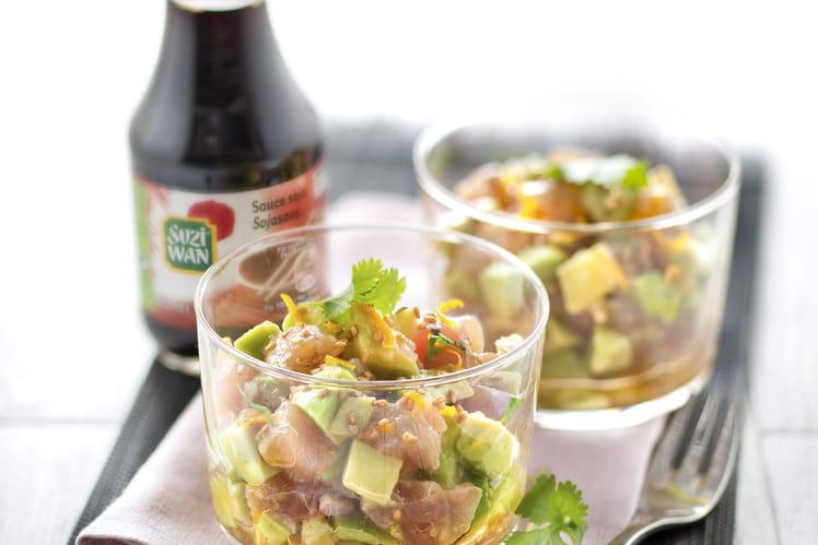 Verrines de tartare de thon et avocat à la sauce soja, graines de sésame et zestes d'orange râpés