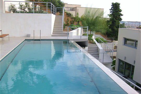 Une piscine à débordement atypique