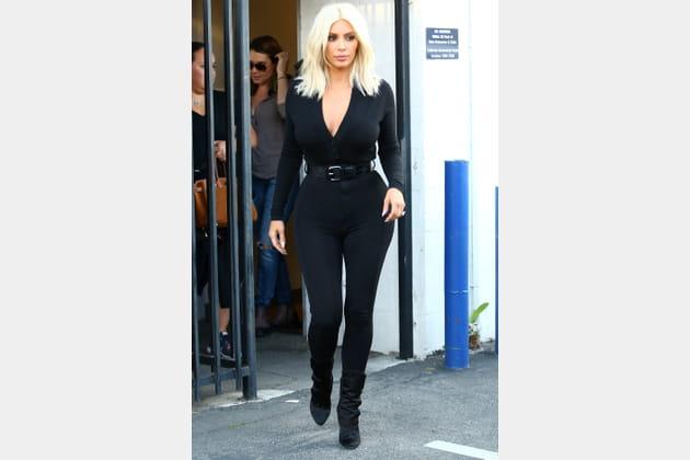 Kim Kardashian en combinaison noire