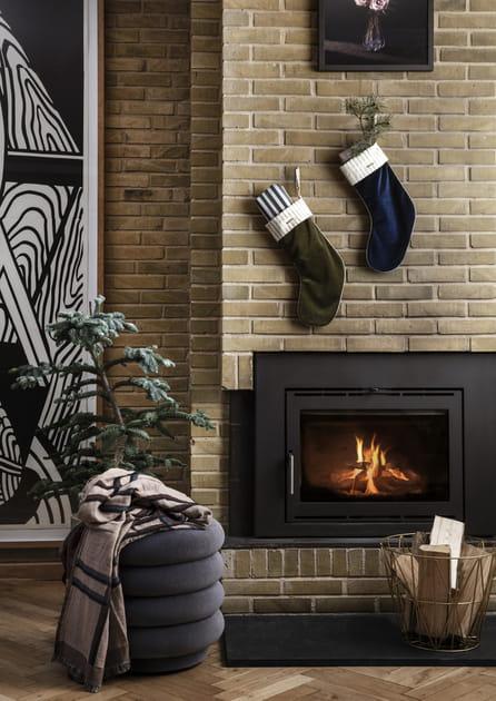 Mettre les cadeaux de Noël dans des chaussettes au-dessus de la cheminée