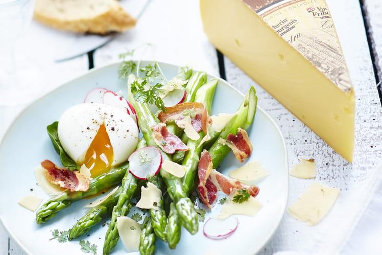 Recette asperges vertes aux oeufs mollets et copeaux de vacherin fribourgeois aop la recette - Cuisiner les asperges vertes fraiches ...