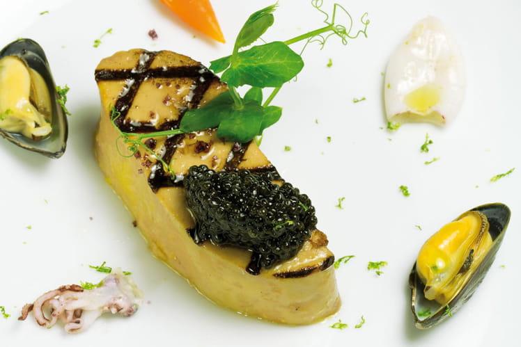 Foie gras grillé, carottes fanes, chipirons, marinières de moule au citron vert, caviar réserve Akitania