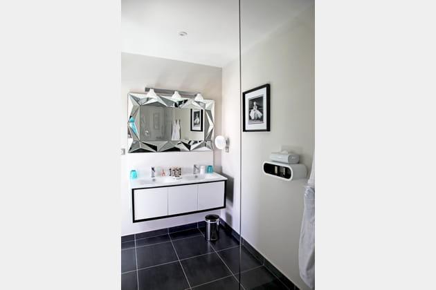 Un miroir métallisé et géométrique