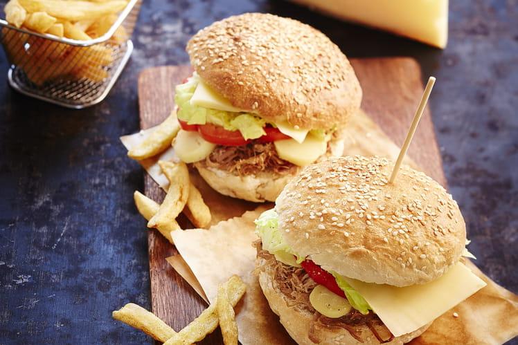 Hamburger au confit de canard, pommes de terre grenaille et fromage Appenzeller