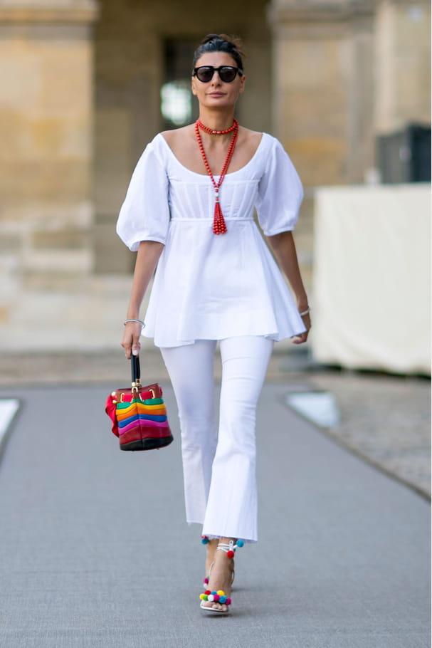 Street style à Paris : le blanc et multicolore