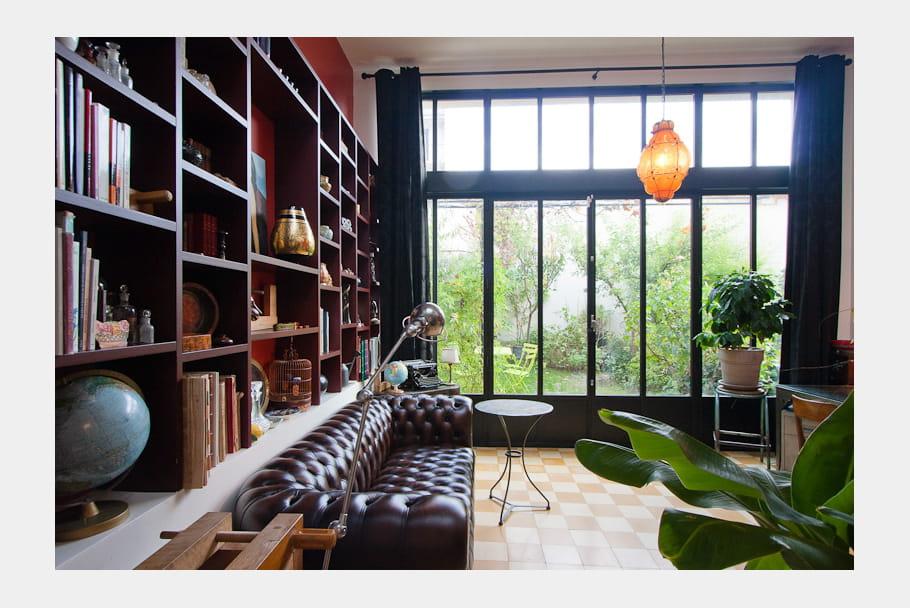 Un salon dans le style anglais une maison loft qui s for Fenetre qui s ouvre vers l exterieur