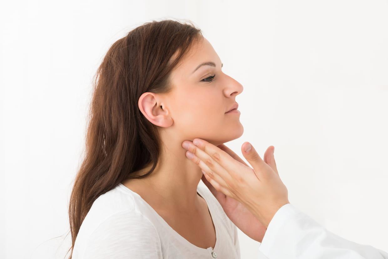 Ganglion dans le cou (douloureux, gonflé) : quelle cause et ...