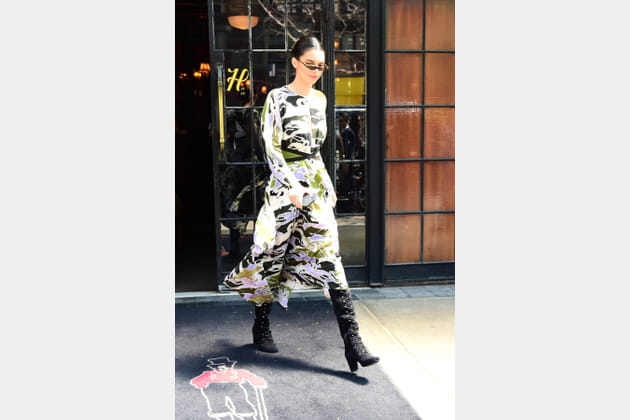 Kendall Jenner en robe midi multicolores