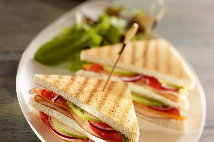Club sandwich au filet de poulet, tomates, salade et fromage frais