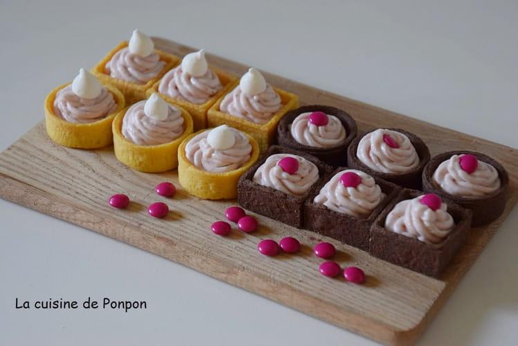 Mini tartelettes garnies de crème aux fraises et amandes