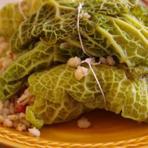 feuilles de chou vert farcies à l'orge perlé