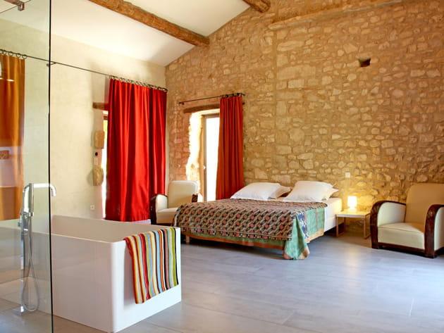Une chambre au charme rustique mais raffin for Douche ouverte sur chambre