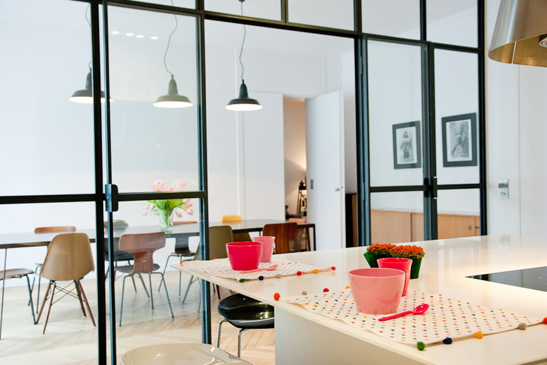 une cloison transparente pour agrandir l 39 espace. Black Bedroom Furniture Sets. Home Design Ideas