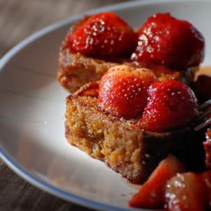 pain d'épices perdu et fraises caramélisées