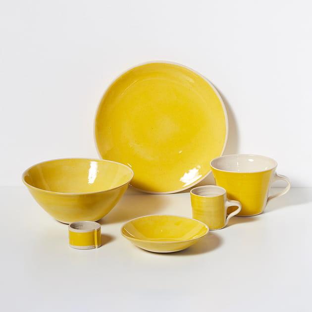 De la vaisselle jaune