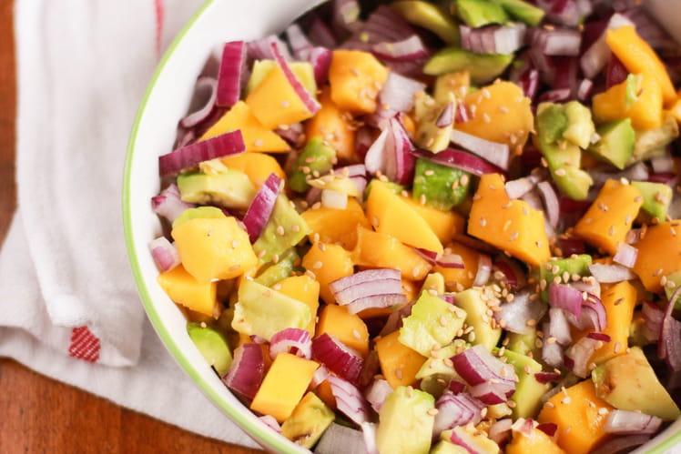 Salade d'avocat à la mangue et oignon rouge