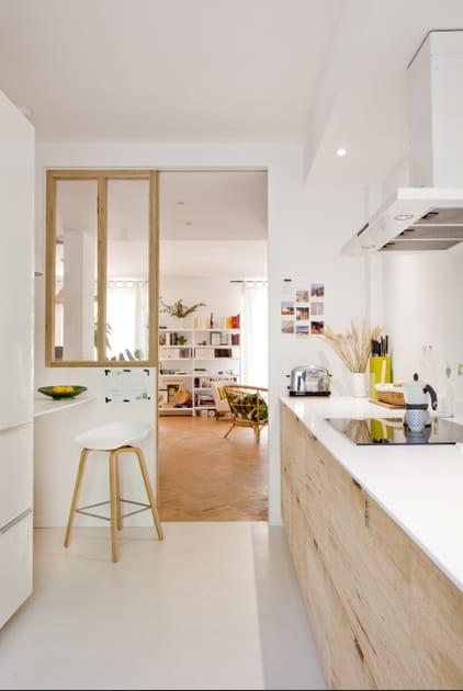 Une cuisine en bois exotique clair
