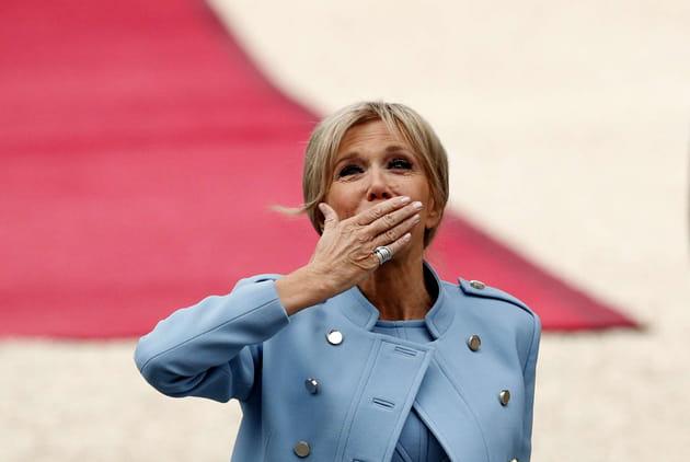 Brigitte Macron embras(s)e les foules