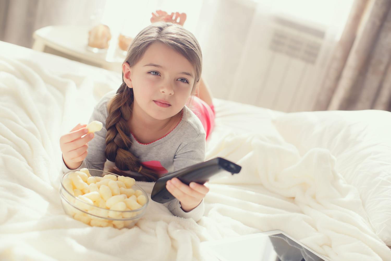 Regarder la télé en mangeant impacte le langage des enfants