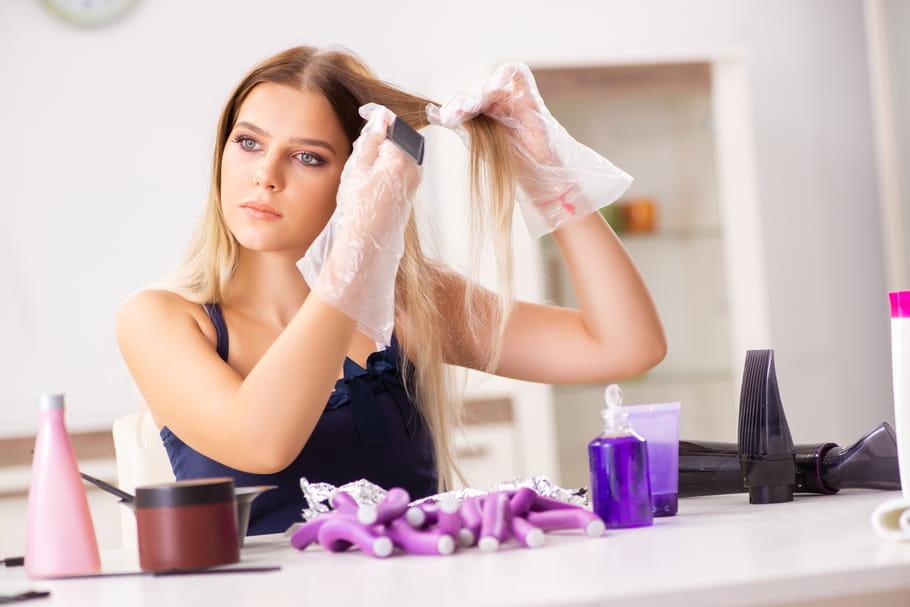 Coloration maison: conseils pour se colorer les cheveux toute seule